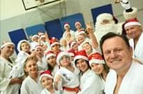 Obraz może zawierać: 19 osób, uśmiechnięci ludzie, ludzie stoją i kapelusz