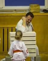 Obraz może zawierać: 1 osoba, siedzi, stoi i dziecko